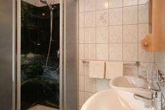 Dusche mit Doppelwaschbecken